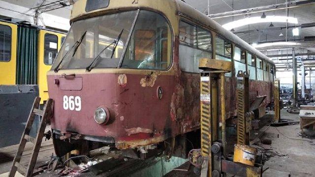 У львівському депо відновлюють ретро-трамвай