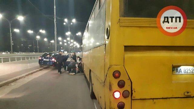 У Києві маршрутка збила людей на пішохідному переході, водія побили очевидці