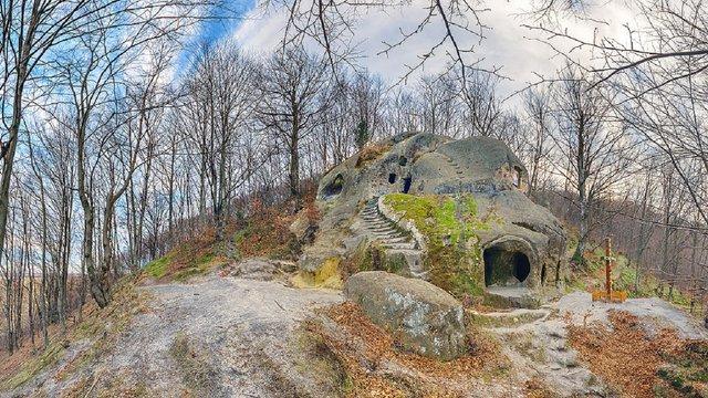 На базі скельного монастиря у селі Розгірче на Львівщині створять центр духовної культури