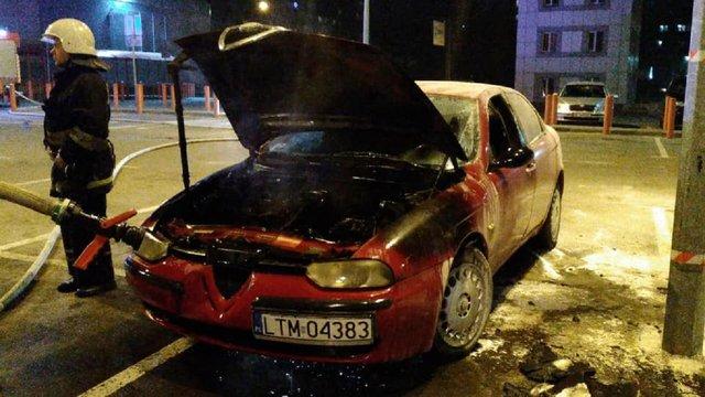 На парковці гіпермаркету «Ашан» на вул. Володимира Великого у Львові горів автомобіль Alfa Romeo