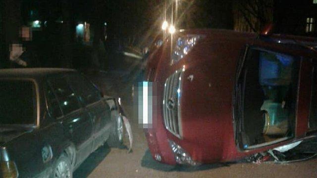 У Львові п'яна водійка автомобіля Lexus вчинила ДТП: авто перекинулося на бік