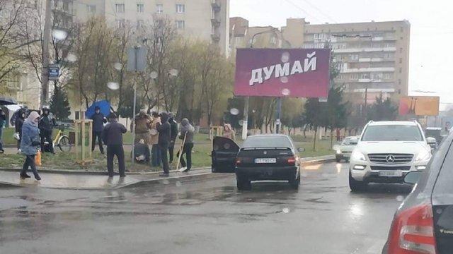 В Івано-Франківську натовп побив водія, який збив на переході візок з дворічною дівчинкою