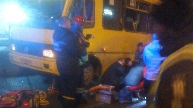 У Львові 16-річна дівчина потрапила під позашляховик і рейсовий автобус