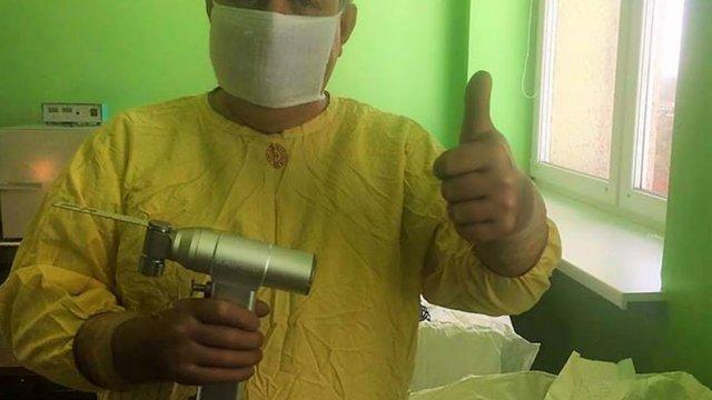 Хірургам-ортопедам Чорнобильської лікарні подарували новий інструмент для операцій