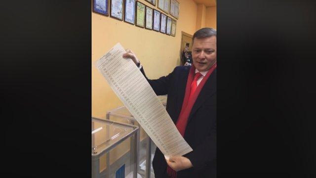 Після голосування Ляшко показав журналістам свій бюлетень, порушуючи закон