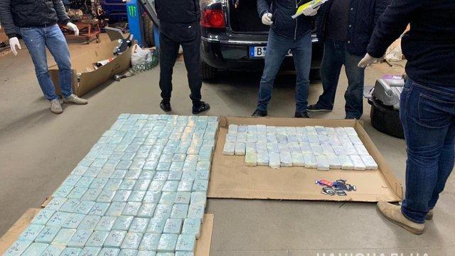 На Київщині поліція затримала іноземця, який перевозив в авто 100 кг героїну