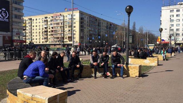 Біля ЦВК збираються групи невідомих «для охорони порядку»