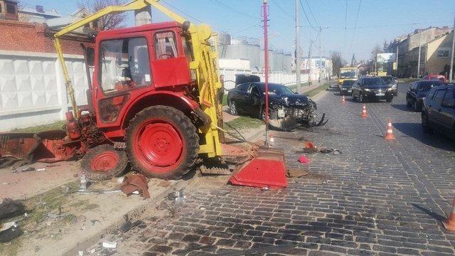 Внаслідок зіткнення трактора і Lexus у Львові постраждали двоє людей
