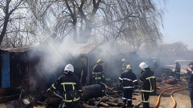 Через спалювання сухої трави біля Львова згоріли три будівлі та шість гаражів