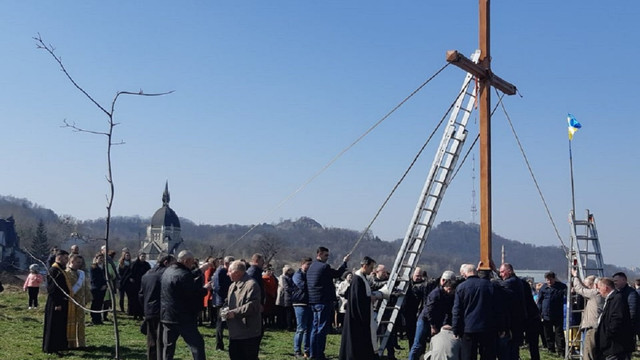 На Знесінні у Львові встановили новий 6-метровий дубовий хрест