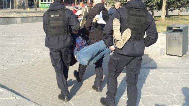 В Києві поліція затримала активіста за роздачу листівок про Зеленського
