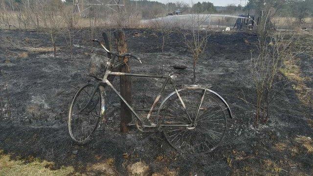 Через пожежі сухостою на Львівщині згорів велосипед та господарська будівля