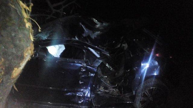 На Сколівщині рятувальникам довелося вивільняти водія автомобіля, який в'їхав у дерево