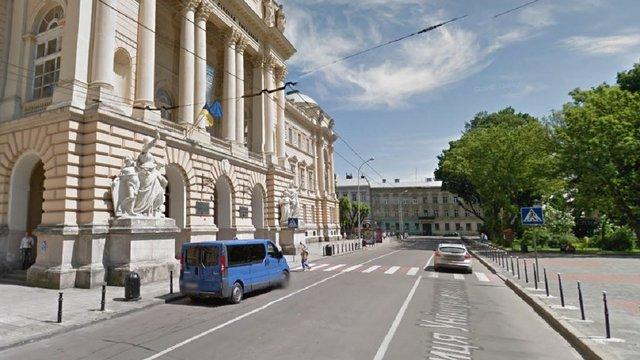 Навпроти Львівського університету облаштують дві смуги для громадського транспорту