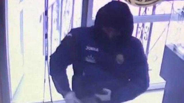Озброєний чоловік спробував пограбувати ювелірну крамницю у Львові