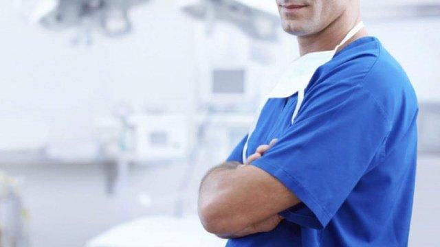 Чоловіків-медиків офіційно припинять називати «медсестрами» і «акушерками»