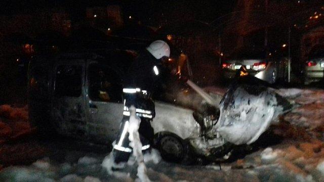 На автостоянці у Львові згорів автомобіль