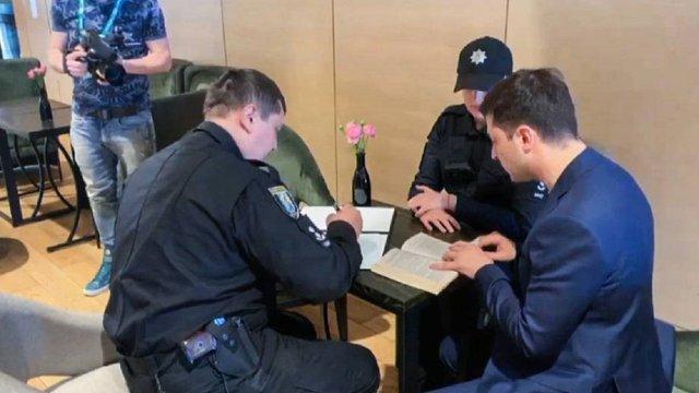 Поліція в штабі Зеленського виписала йому протокол за показ заповненого бюлетеня