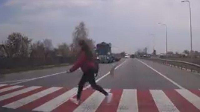 На трасі Київ–Чоп на Львівщині вантажівка збила на пішохідному переході 15-річну дівчину