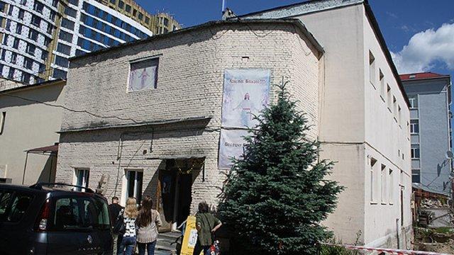 Через земельний спір львівський готельєр подав до суду на протестантську церкву