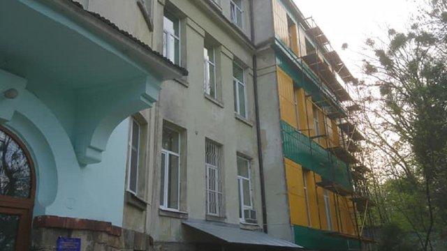 На вимогу львівської мерії інфекційна лікарня демонтує утеплення фасаду