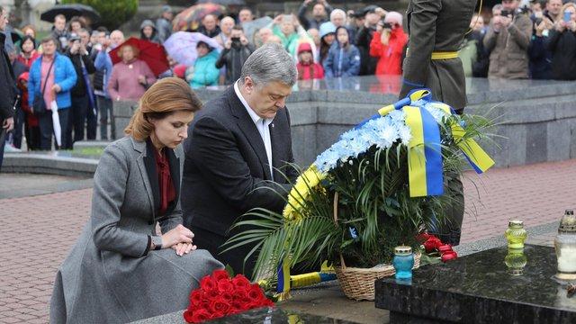 Петро Порошенко вшанував пам'ять героїв Небесної Сотні та військових на Личаківському цвинтарі