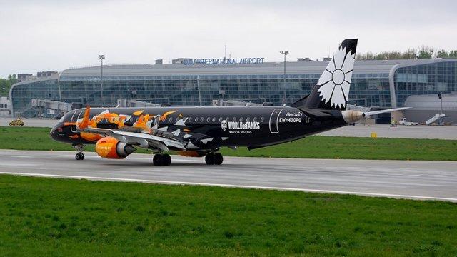 У львівському аеропорту приземлився літак в лівреї культової відеогри World of Tanks
