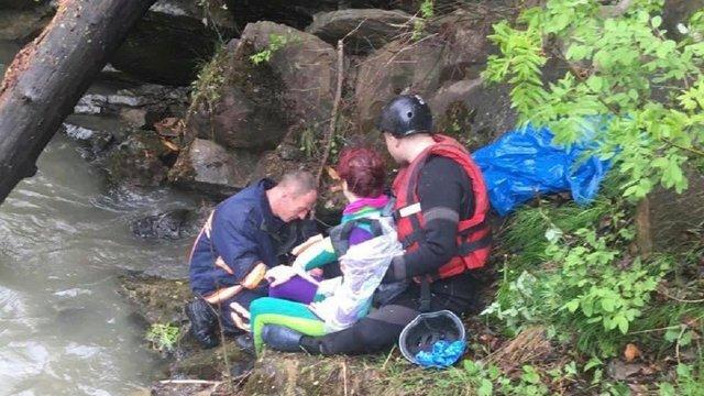 У Карпатах вантажівка з туристами впала в річку, троє загиблих