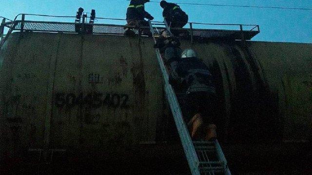 На Львівщині рятувальники знімали із даху потяга 18-річного хлопця, якого вдарило струмом