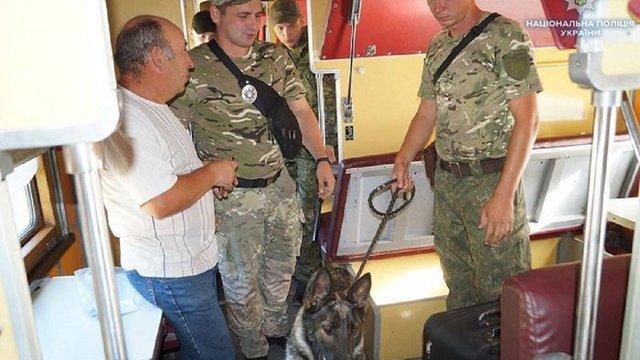На Луганщині чоловік викинув з поїзда сумку з гранатами