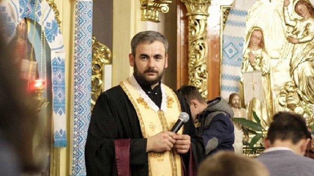 Священик УГКЦ відмовився відправляти панахиди на могилах зі штучними квітами