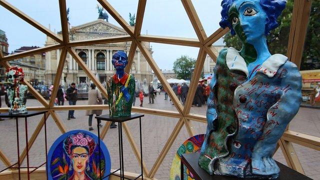 Біля львівської Опери презентували унікальну виставку під скляним куполом