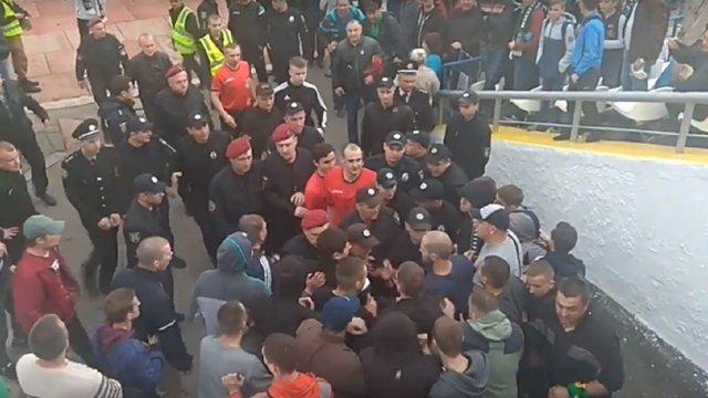 У Вінниці після футбольного матчу вболівальники побили арбітра на полі