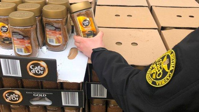 Львівські митники вилучили на кордоні 1344 кг розчинної кави та 216 кг сиру