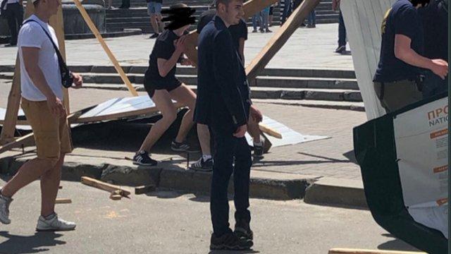 Активісти у Києві знесли паркан, який заважав розслідуванню убивств Небесної сотні