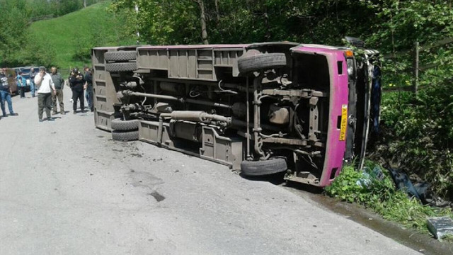 На Закарпатті злетів на узбіччя пасажирський автобус, одна людина загинула