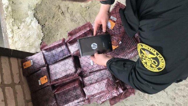 На Львівщині митники конфіскували у чоловіка 110 планшетів