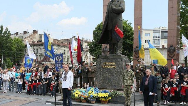 У День Героїв у Львові поклали квіти до пам'ятника Степану Бандері