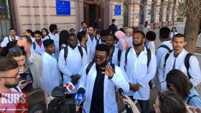 В Івано-Франківську студенти-медики вийшли на пікет через складні питання на іспиті