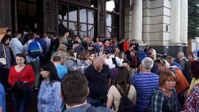 З головного залізничного вокзалу та аеропорту Львова евакуйовують людей