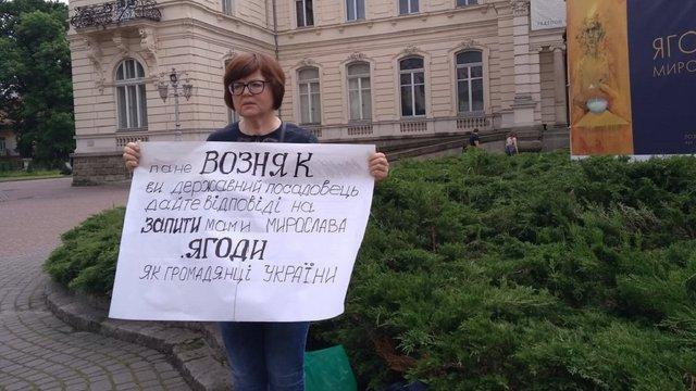 Сестра художника Мирослава Ягоди пікетує національну галерею мистецтв у Львові