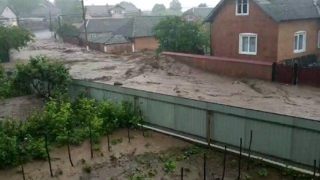 Бурхлива повінь ледь не змила село на Тернопільщині. Відео очевидців