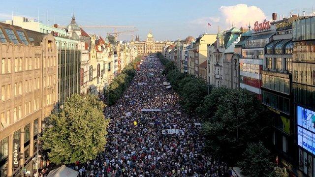 Понад 120 тис. чехів вийшли на вулиці Праги з вимогою відставки прем'єр-міністра