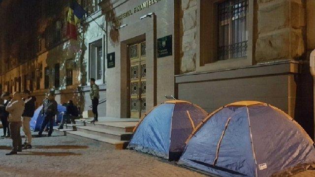 У Кишиневі невідомі почали блокаду держустанов, бюджетників готують до протестів