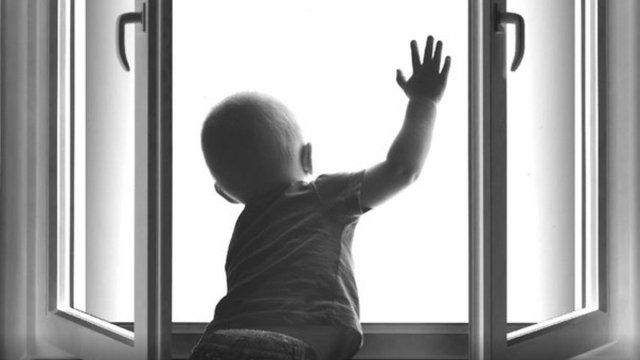 У Винниках з вікна першого поверху випав півторарічний малюк