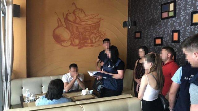 На Буковині затримали групу чиновників і поліцейських, які вимагали хабар у 500 тис. доларів