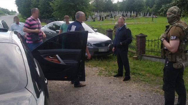 Двох митників на Львівщині затримали за систематичні хабарі від підприємців