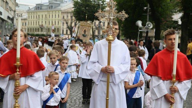 Кілька тисяч римо-католиків пройшли хресною ходою у центрі Львова
