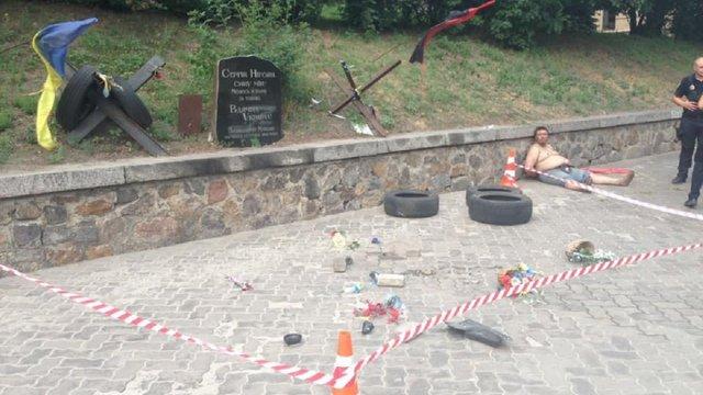 У Києві поліція затримала вандала, який розтрощив меморіал пам'яті Сергія Нігояна