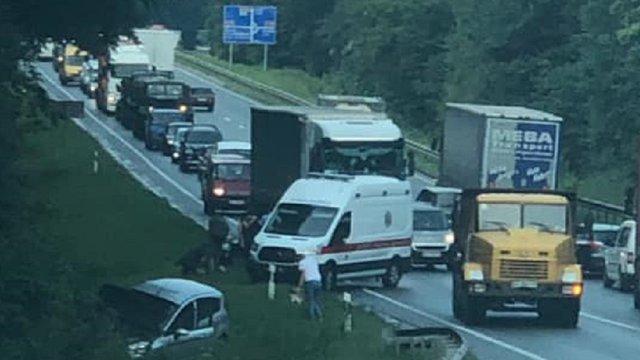 Поблизу Львова через зіткнення легковика та вантажівки постраждали двоє людей